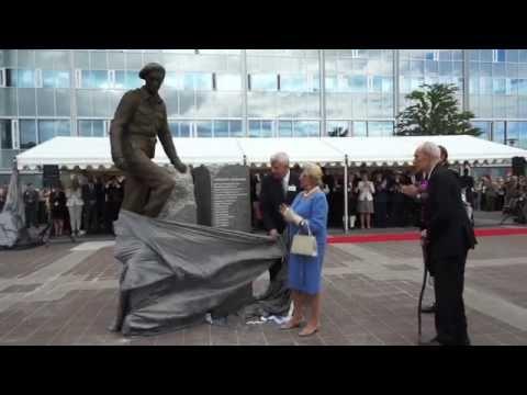 Prinsesse Astrid avduker statue av motstandsmannen Rønneberg