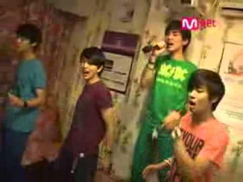 Shinee singing Replay