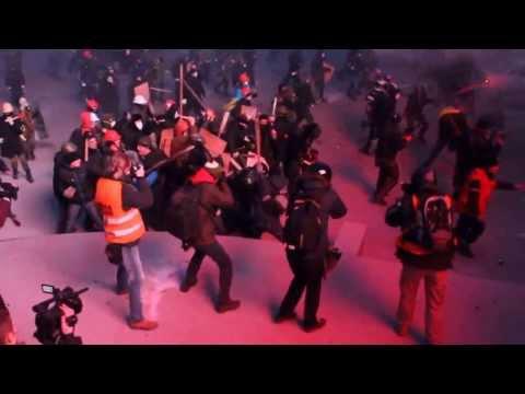 Ukraine protesters attack riot police with sticks in Kiev