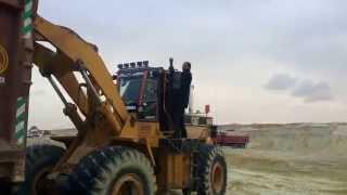 الصحفى هانى عبد الرحمن رئيس تحرير قناة السويس الجديدة على أحد الحفارات يلتقط صورا وفيديوهات