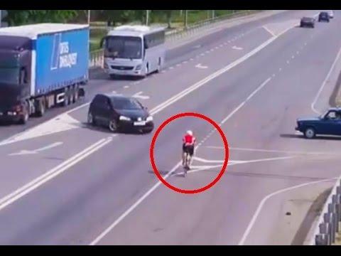 Un conductor no respeta el paso a un ciclista y lo atropella