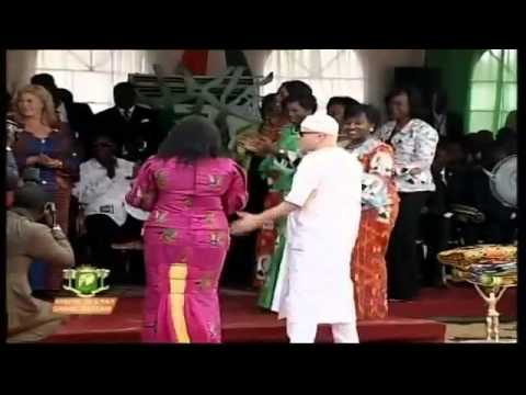 Salif Keita chante en choeur avec le président ADO