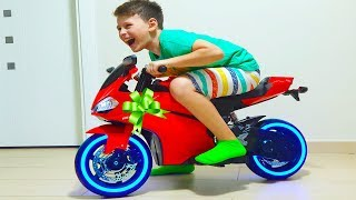 علي ركوب على دراجة نارية جديدة ، وعجلات السلطة للأطفال