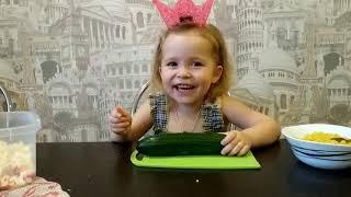 Поваренок Поля принцесса готовит салат. Готовим ужин.