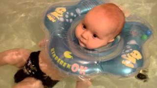 Купание ребёнка с кругом. Круг для купания Kinderenok. Первое купание малыша. bathing baby