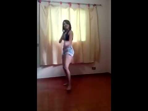 Novinha de 13 anos dançando Funk