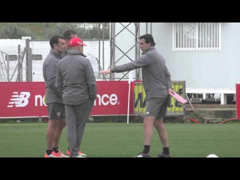 Unai Emery, técnico del Sevilla, charla con su cuerpo técnico
