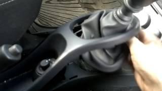 видео Как подтянуть ручник на Рено Дастер: замена троса и регулировка