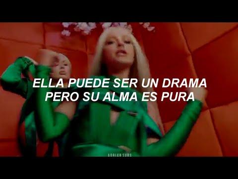 Iggy Azalea, Alice Chater – Lola (Vídeo Oficial // Español)