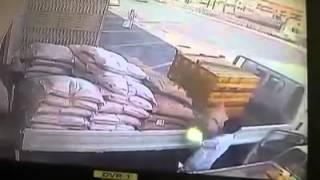 فيديو.. لص يسرق 7 أكياس أرز في أقل من دقيقة بالسعودية