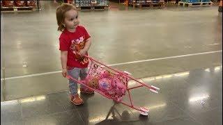 Маленькая девочка играет в #куклы катает в коляске #КУКЛУ ПУПСИКА