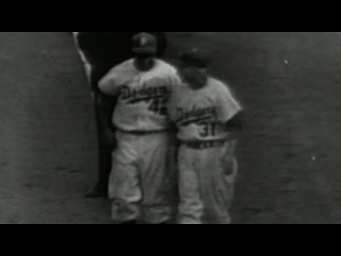 WS1952 Gm7: Jackie Robinson bunts for single in 4th