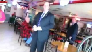 George Bush insulté dans une file d