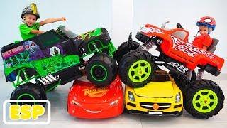 Vlad y Nikita montan en un camión monstruo de juguete y atraviesan los autos para niños