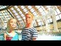 Барби и Кен пришли в аквапарк. Куклы плавают в бассейне