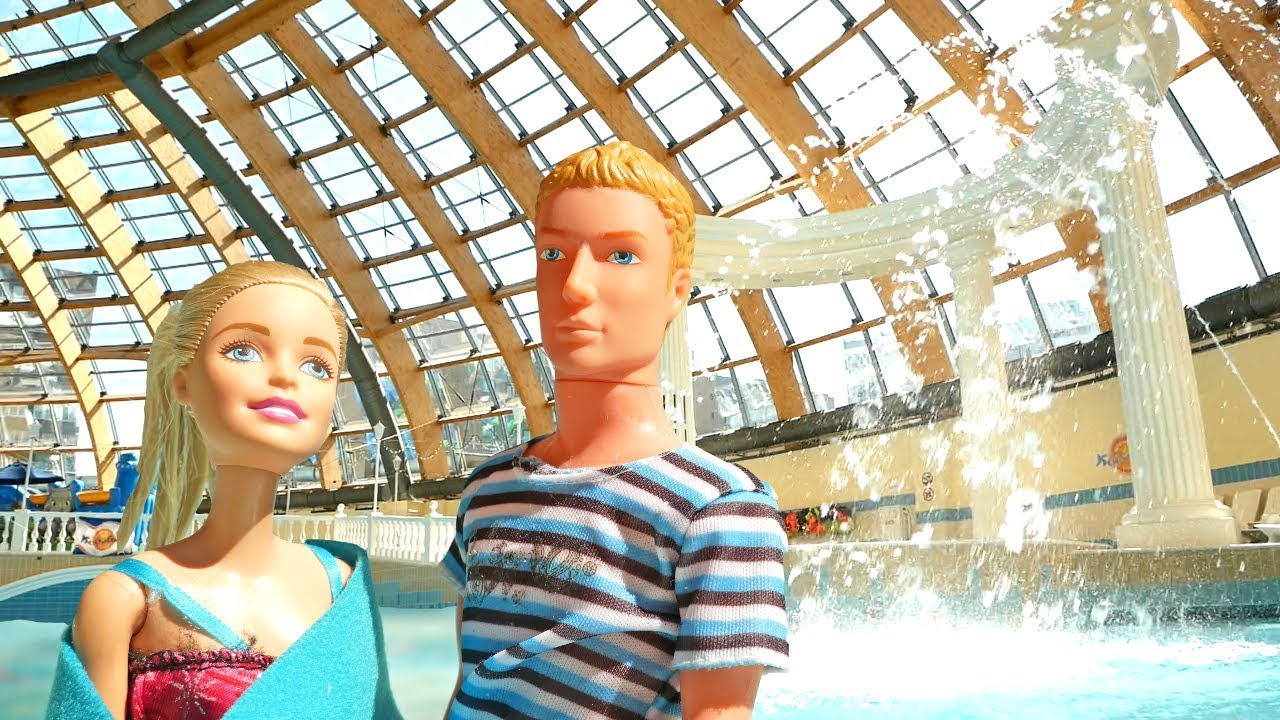 Барби и Кен пришли в аквапарк. Куклы плавают в бассейне ...