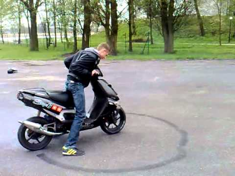 aprilia sr 70 50 malossi tuning burnout 2 youtube. Black Bedroom Furniture Sets. Home Design Ideas