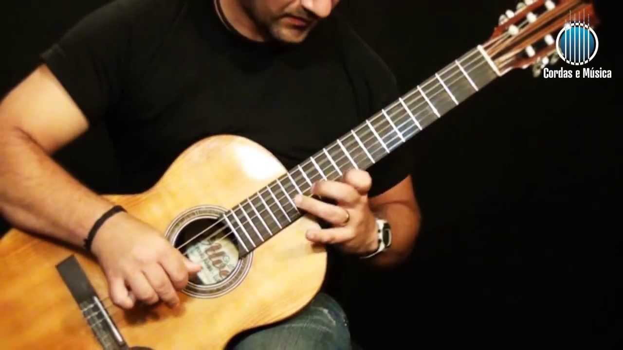 Resultado de imagem para tocando violão