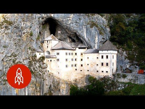Il Castello di Predjiama in Slovenia sembra venire fuori dalla roccia