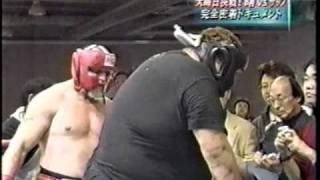 Сумоист Акебоно  тренируется.