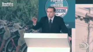 Berlusconi canta