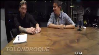 Lionel Messi y Luis Suarez Jugando Con Trucos En Las Cartas