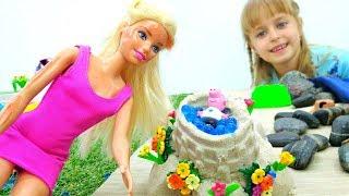 Игры для девочек. Барби на пляже. Строим домик для Пеппы