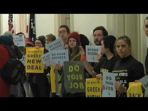 شاهد: الشرطة تعتقل نشطاء المناخ أمام مكتب نانسي بيلوسي  - نشر قبل 32 دقيقة