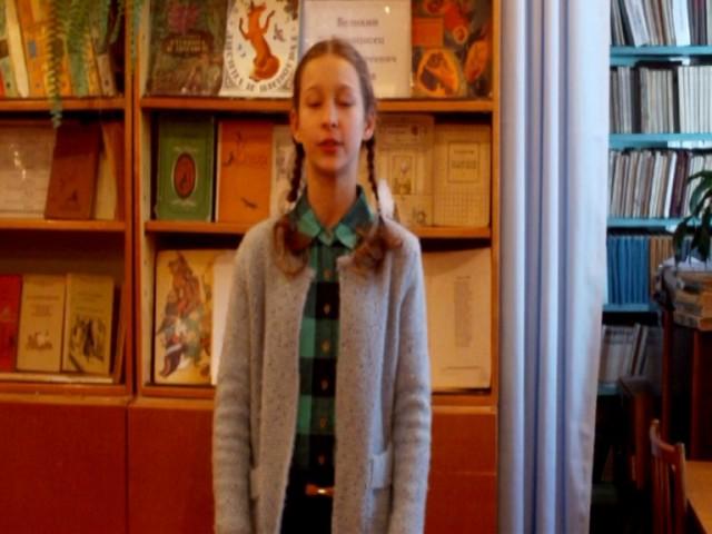 Изображение предпросмотра прочтения – АнгелинаСечко читает произведение «Листы и Корни» И.А.Крылова