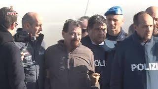 Roma, l'arrivo di Cesare Battisti all'aeroporto di Ciampino