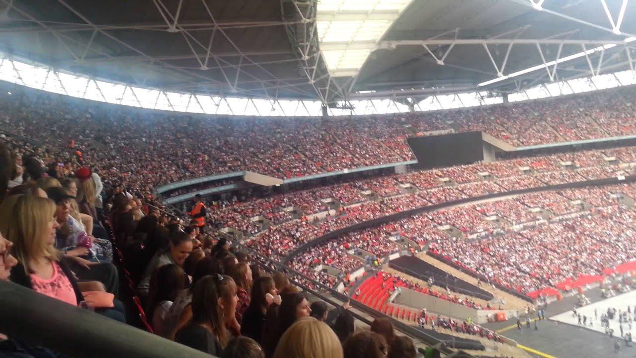 Wembley Stadium 70000 doing the Macarena 1D concert 6 6 14 ...