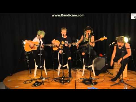 5 seconds of summer - she looks so perfect acoustic (Livestream)
