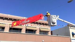 Hạ Banners Có Biểu Tượng Cờ Việt Cộng, Trung Cộng Ở Thành Phố Orange, Nam California