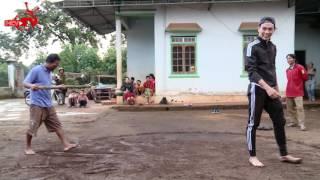 Diễn viên Thuận Nguyễn té dập mặt khi thi đẩy gậy tại Gia Lai.