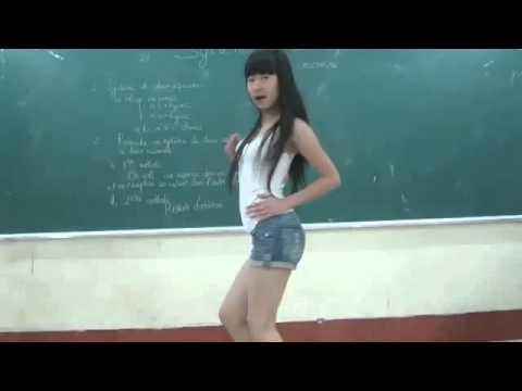 Nữ sinh lớp 10 nhảy như đúng rồi trên bục giảng