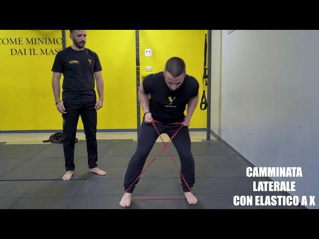 Camminata laterale elastico a X. Esecuzione e tecnica