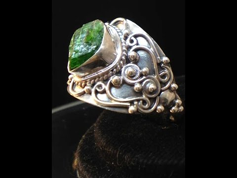 Кольцо из серебра 925 пробы с необработанным изумрудом