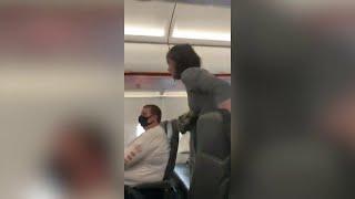 Donna senza mascherina cacciata dall'aereo: tossisce sugli altri passeggeri