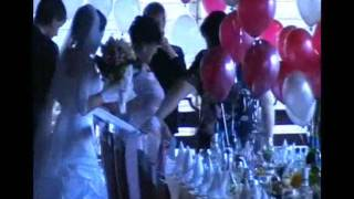 Привязали к невесте и отправили гулять)))