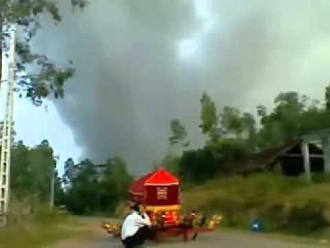 Clip bỏ cả đám tang để chạy nạn vụ nổ kho pháo hoa ở Phú Thọ