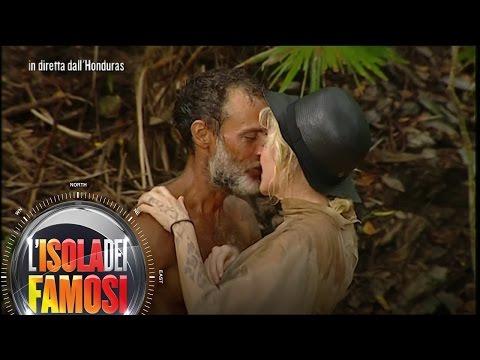 L'isola dei famosi - Tra Paola e Raz... bacio fu
