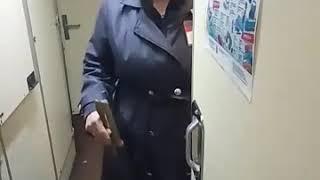 Проводница поезда заставила лизать её вагину какого