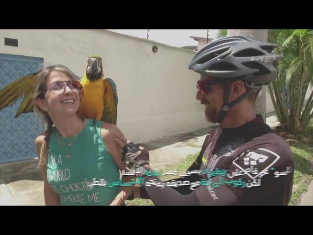 سائق دراجة وببغاؤه يبثان البهجة في قلوب سكان
