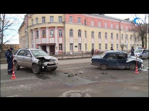 На Большой Санкт Петербургской ВАЗовская семерка столкнулась с КИА, пострадали два челове
