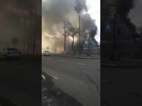 В центре Поронайска горит дом