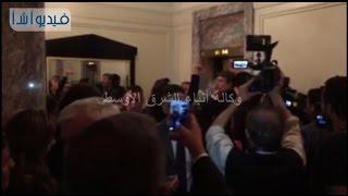 بالفيديو : تدافع وسائل الاعلام الامريكية لتسجيل لقاء السيسي و هيلاري كلينتون