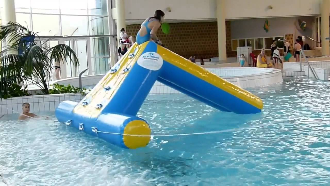 Jeu gonflable air et volume mini toboggan grimpette youtube for Toboggan gonflable piscine