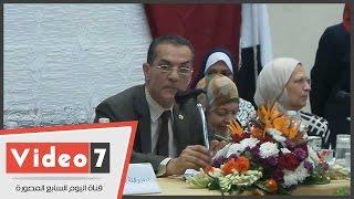 """رئيس جامعة الأزهر مجاملا زوجته بمؤتمر: """"باتعشى برا عشان ما أشغلهاش"""""""