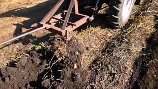 самодельная картофелекопалка - WEI FANG 240(Это видео создано с помощью видеоредактора YouTube (http://www.youtube.com/editor), 2015-09-02T17:45:09.000Z)