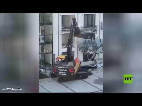 شاهد.. رجل يدمر بحفارة مبنى جديدا شارك في تشييده في مدينة ألمانية  - نشر قبل 2 ساعة